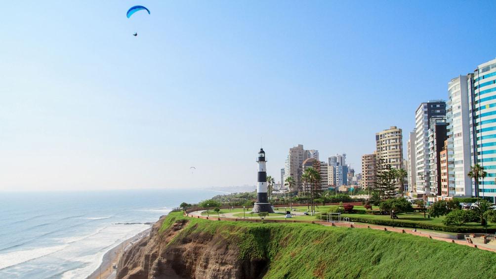 Cargar foto 2 de 6. Parasailing at the coast of Lima