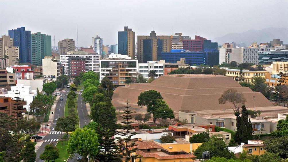 Cargar foto 5 de 10. Construction amidst the city of Lima
