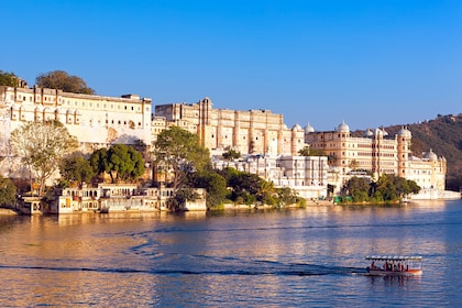 City Palace, Pichola lake, Udaipur, Rajasthan, India, Asia_shutterstock_130572287.jpg