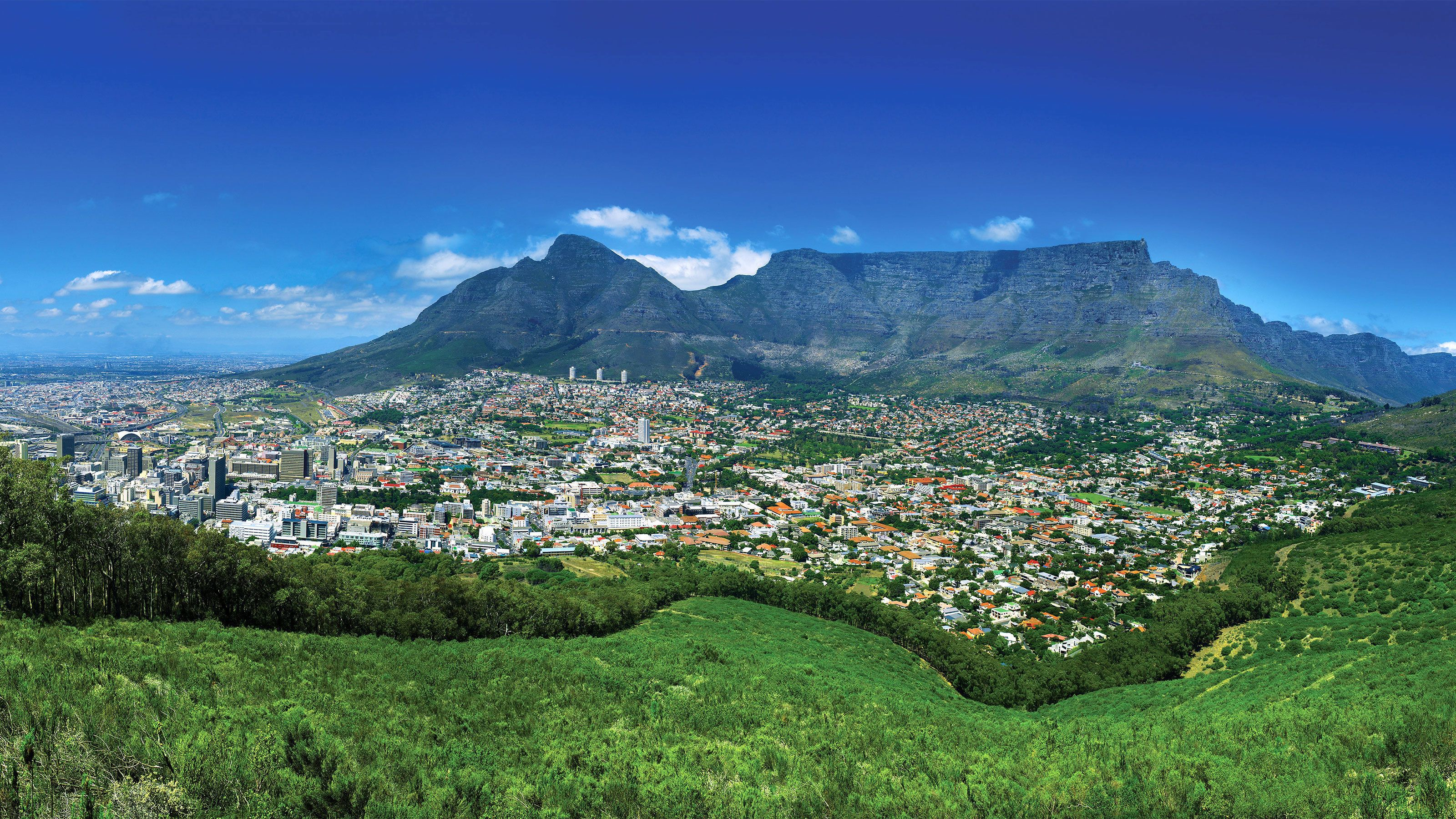 The beautiful Cape Town surrounded by mountains