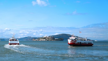 Golden Gate Bay Cruise Service: sail around Alcatraz!