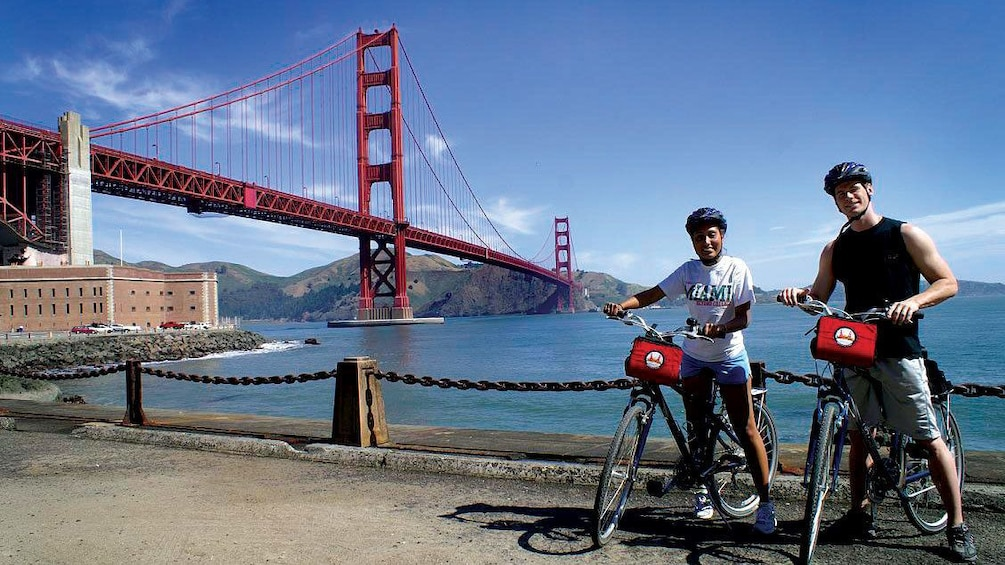 Carregar foto 3 de 10. Bicycling couple with the Golden Gate Bridge in San Francisco