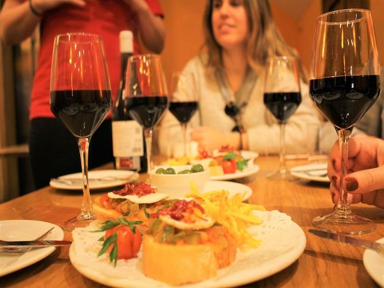 Apri foto 8 di 8. Madrid: Small Group Evening Tapas & Drink Tasting Tour