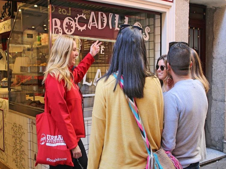 Apri foto 3 di 8. Madrid: Small Group Evening Tapas & Drink Tasting Tour