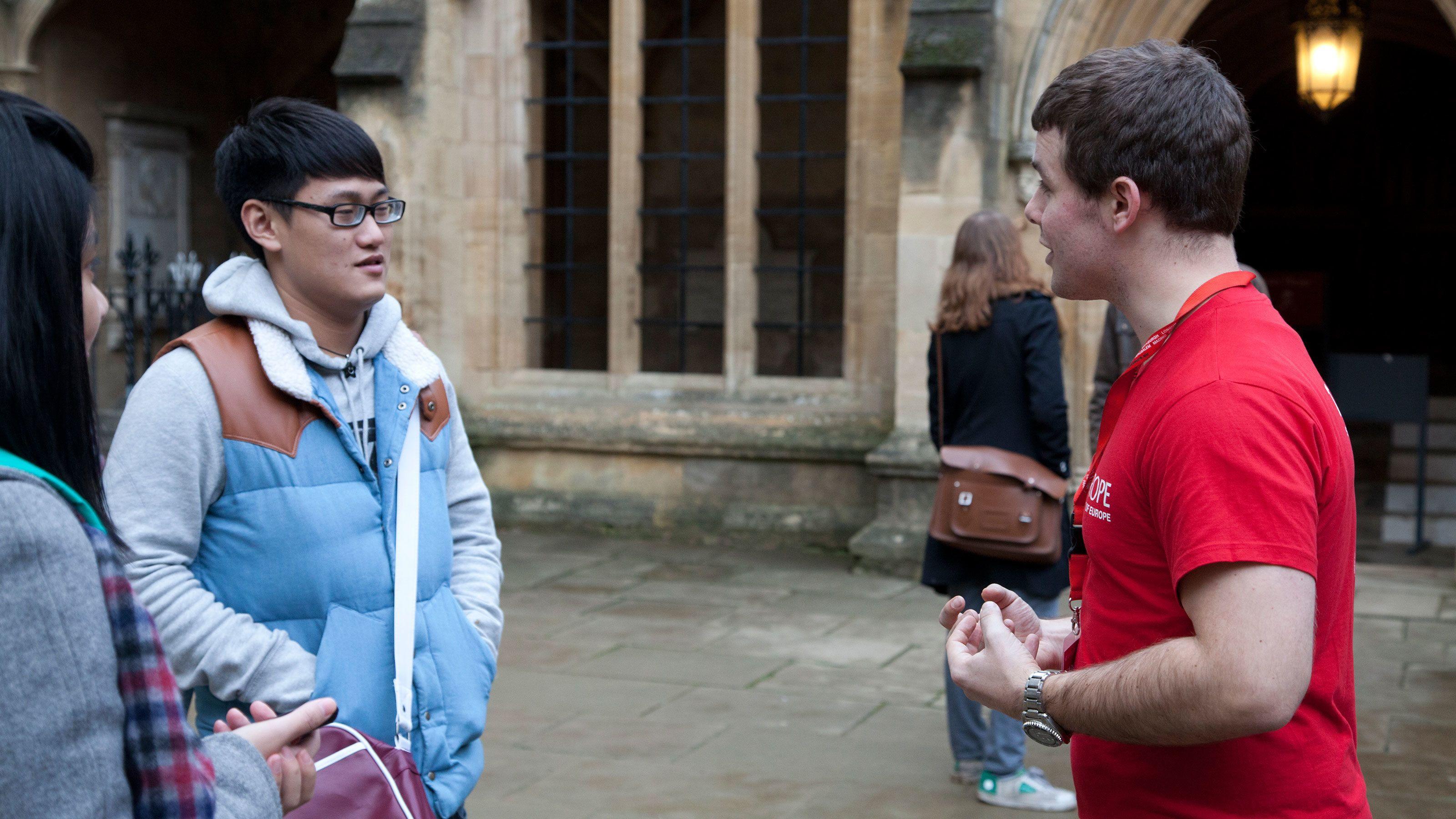 tour guide talking to tourist at Oxford tour