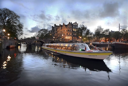 CTA Amsterdam Dinner Cruise_Canal cruise in the evening.jpg