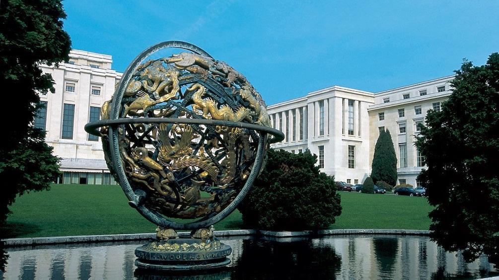 Charger l'élément 4 sur 9. globe statue in geneva