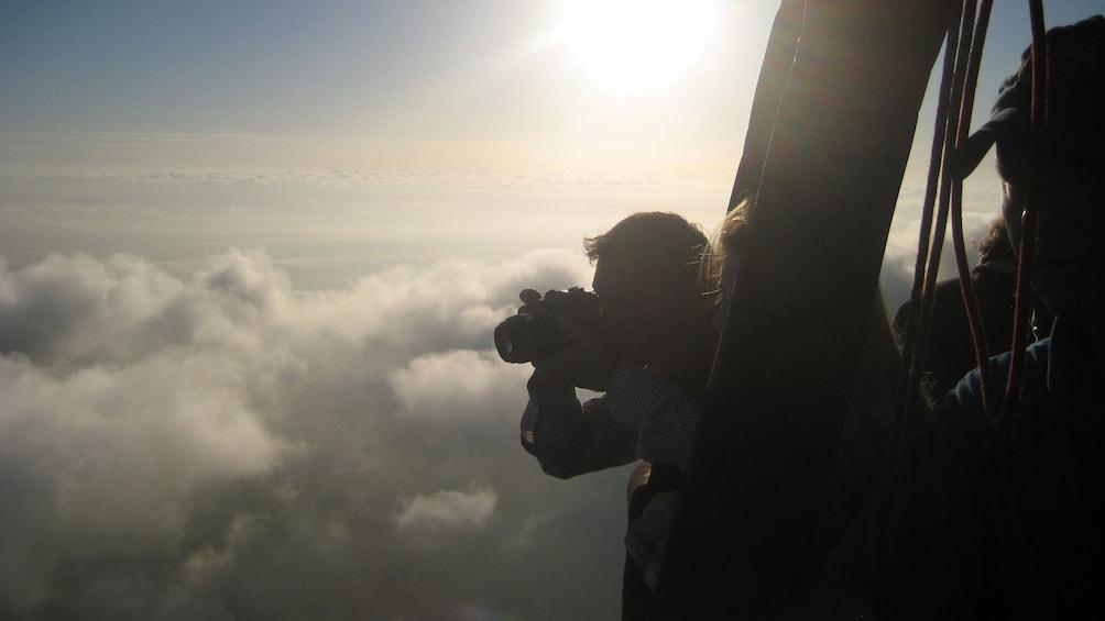 Foto 8 von 8 laden Hot air ballooning person using binoculars in the sky in Orlando.