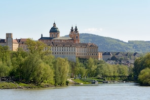 Scenic transfer from Cesky Krumlov to Vienna