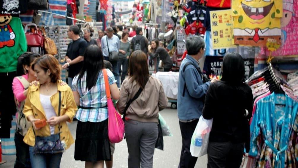 正在顯示第 1 張相片,共 5 張。 crowded street  near Guangzhou