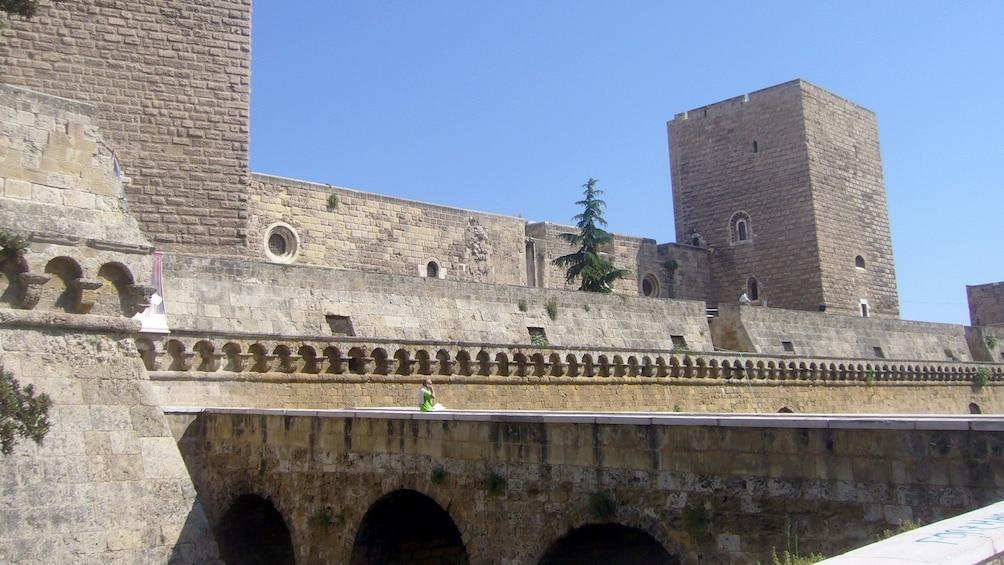 Apri foto 1 di 5. Walkways around the perimeter of Swabian Castle in Bari