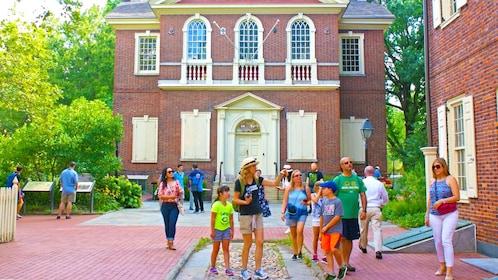 Tour group walks through historic Philadelphia