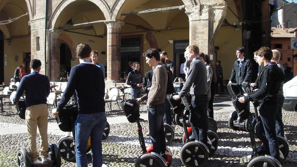 Foto 3 von 7 laden People on segways going down a cobblestone street in Bologna