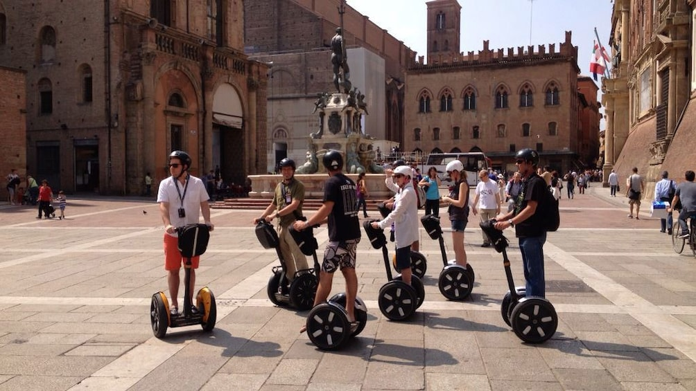 Foto 2 von 7 laden Segway tour group infront of the Statue of Neptune in Bologna