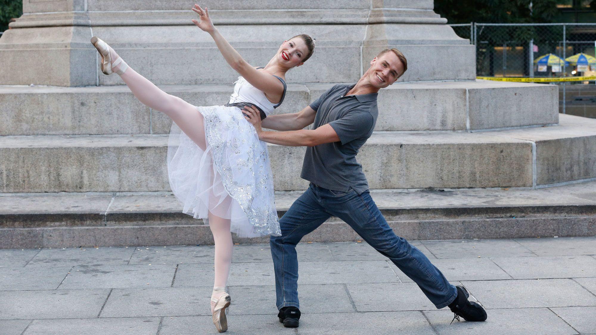 Ballet dancing couple on the sidewalk in New York