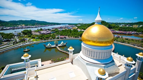 Beautiful view of the Sultan Omar Ali Saifuddin Mosque and city