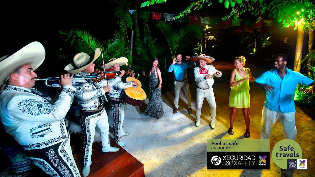 Lataa valokuva 3 kautta 10. Xoximilco Mexican Fiesta with Dinner & Open Bar