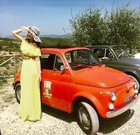 Toskana-Vintage-Fahrt im klassischen Fiat 500 mit Mittagessen auf einem Wei...