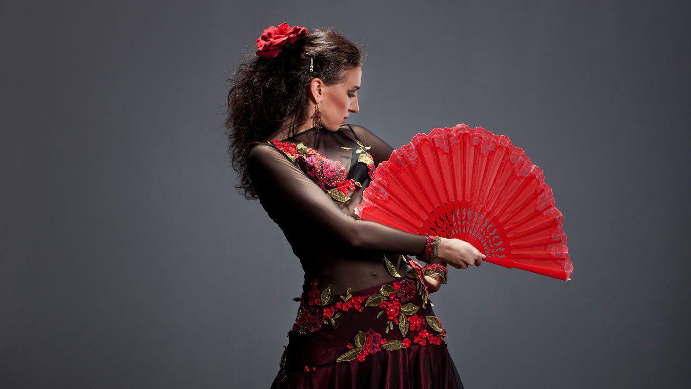woman doing Flamenco fan dance in Barcelona