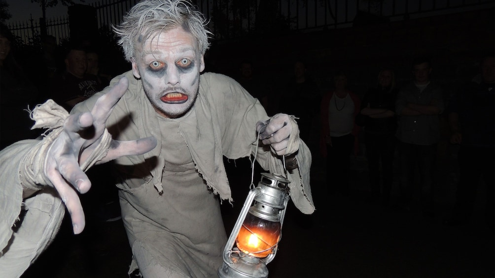 Charger l'élément 2 sur 7. scary looking man with lantern at ghost tour in Dublin