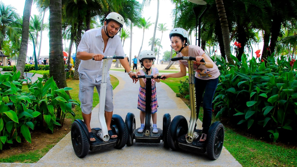 Charger l'élément 5 sur 5. family with young girl on segways in singapore