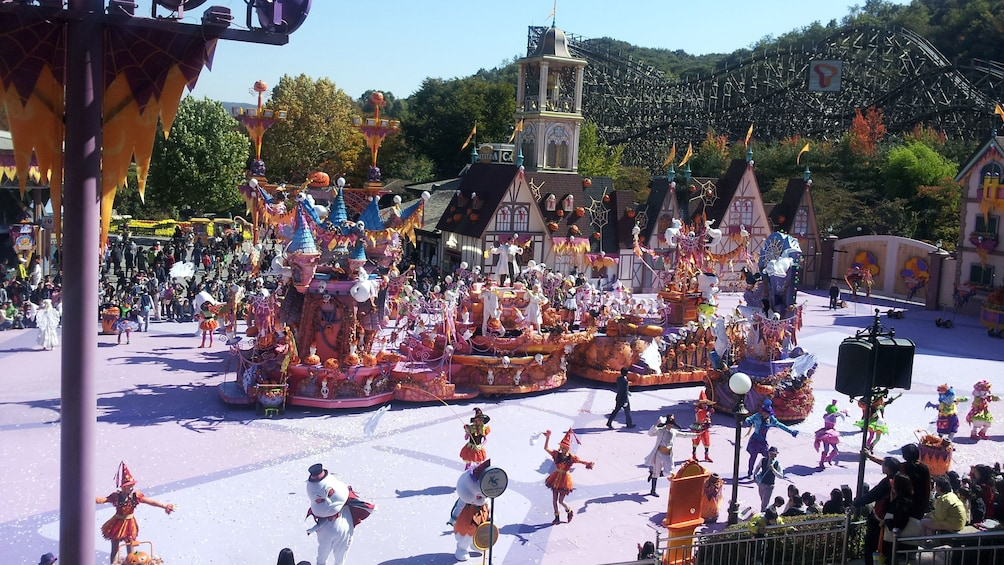 แสดงภาพที่ 4 จาก 5 Aerial view of parade at Everland Theme Park in South Korea