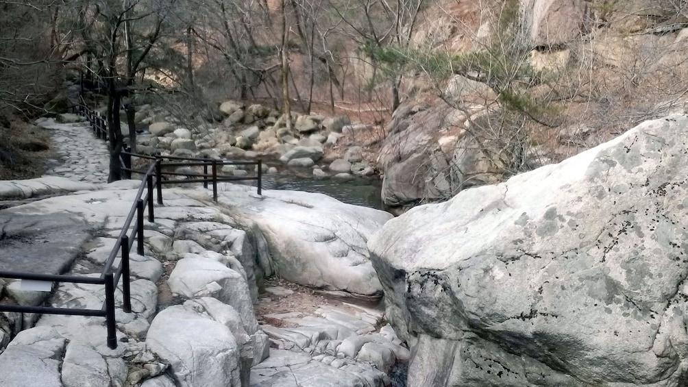แสดงภาพที่ 2 จาก 5 pathway through mountain in seoul