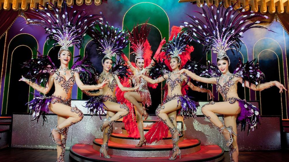 正在顯示第 5 張相片,共 8 張。 Elegant fan dancers at the Simon Cabaret Show in Thailand