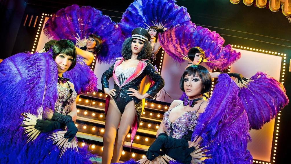 正在顯示第 2 張相片,共 8 張。 Close view of the Simon Cabaret Show dancers in Thailand