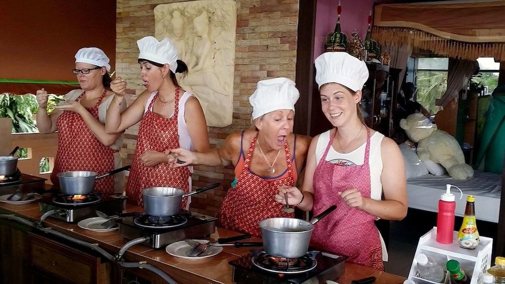 แสดงภาพที่ 4 จาก 5 Students tasting their food at Chanita Thai Cooking School in Koh Samui