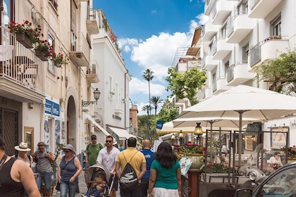 sorrento-street-walking-with-guide.jpg