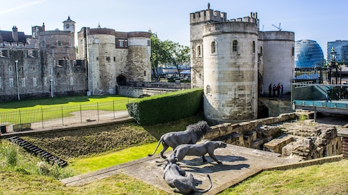 bronze lions in front of Tower of London