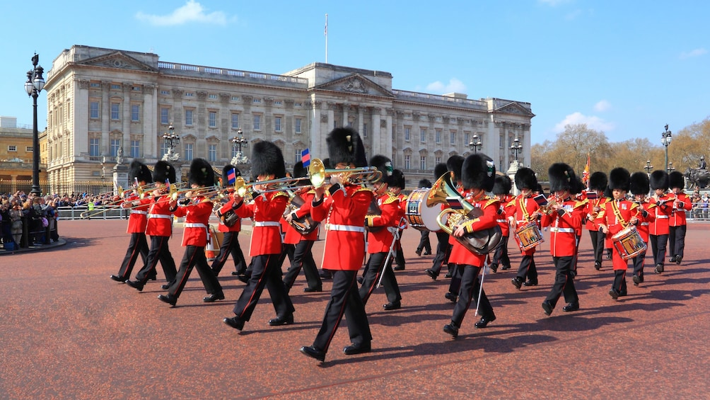 Foto 1 von 10 laden royal palace marching band playing in Buckingham Palace in London