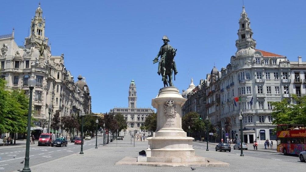 Åpne bilde 1 av 5. Large statue in the city center of Porto