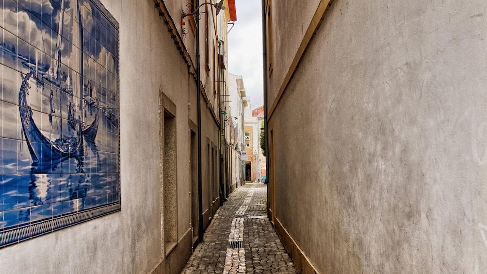 Ver elemento 3 de 5. Narrow cobblestone path between buildings in Aveiro