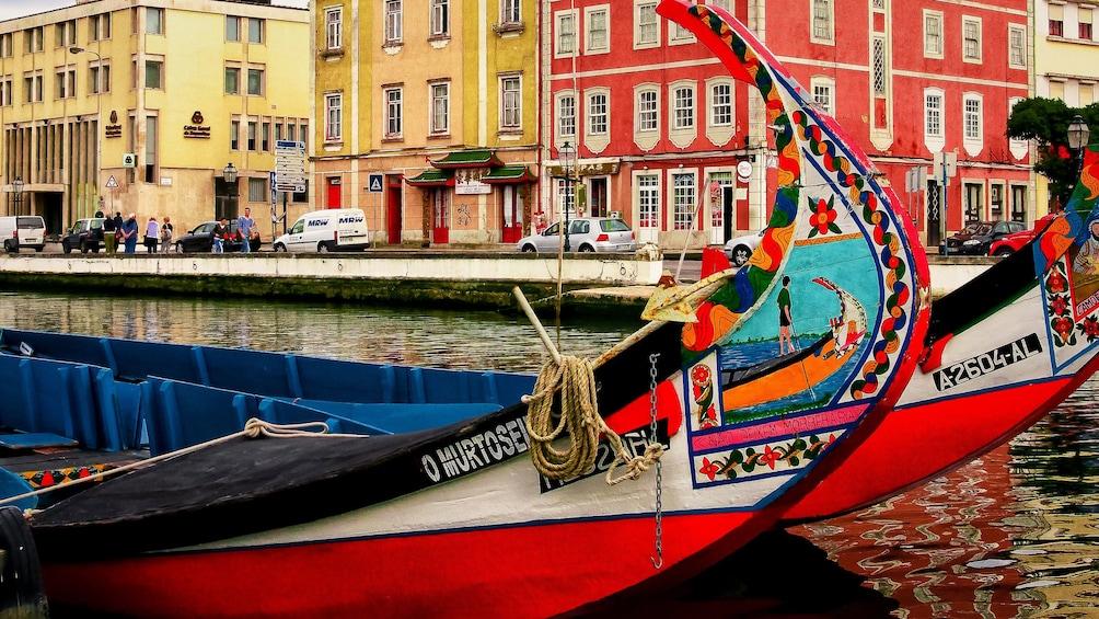 Ver elemento 1 de 5. Colorful boats on a canal in Aveiro