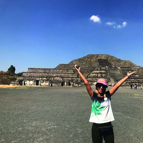 Cargar foto 3 de 10. Teotihuacan with a Private Archeologist and liquors tasting