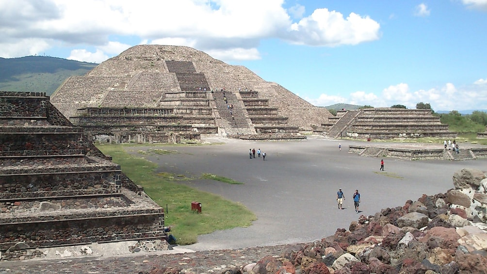 Cargar foto 1 de 10. View of the temple of the sun as seen from the avenue of the dead at Teotihuacan