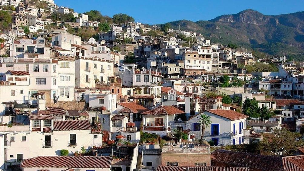 Cargar foto 5 de 10. Buildings nestled into the hillside in the city of Taxco
