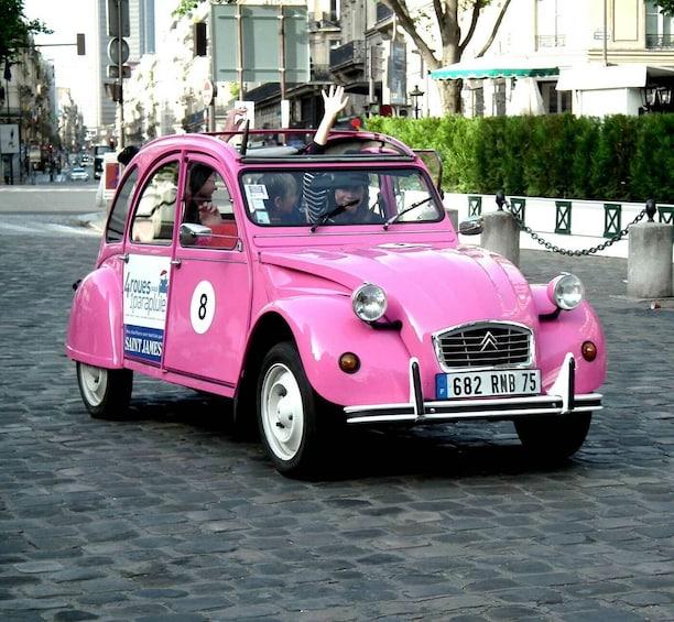 Foto 3 van 8. Sightseeing of Paris in a Vintage 2CV Car 45min