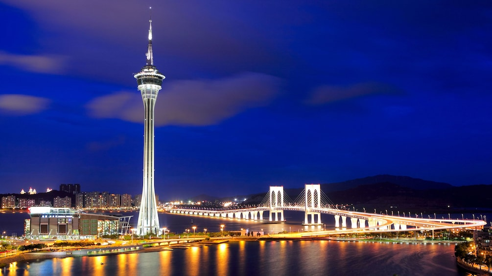 Tampilkan item 4 dari 5. The Macau tower and city at night