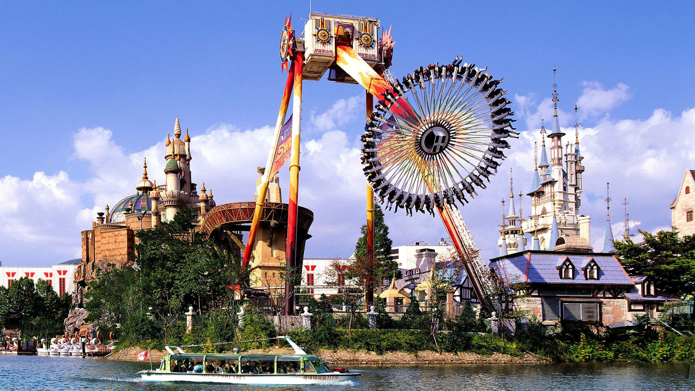 Landscape view of Lotte World Theme Park in Seoul