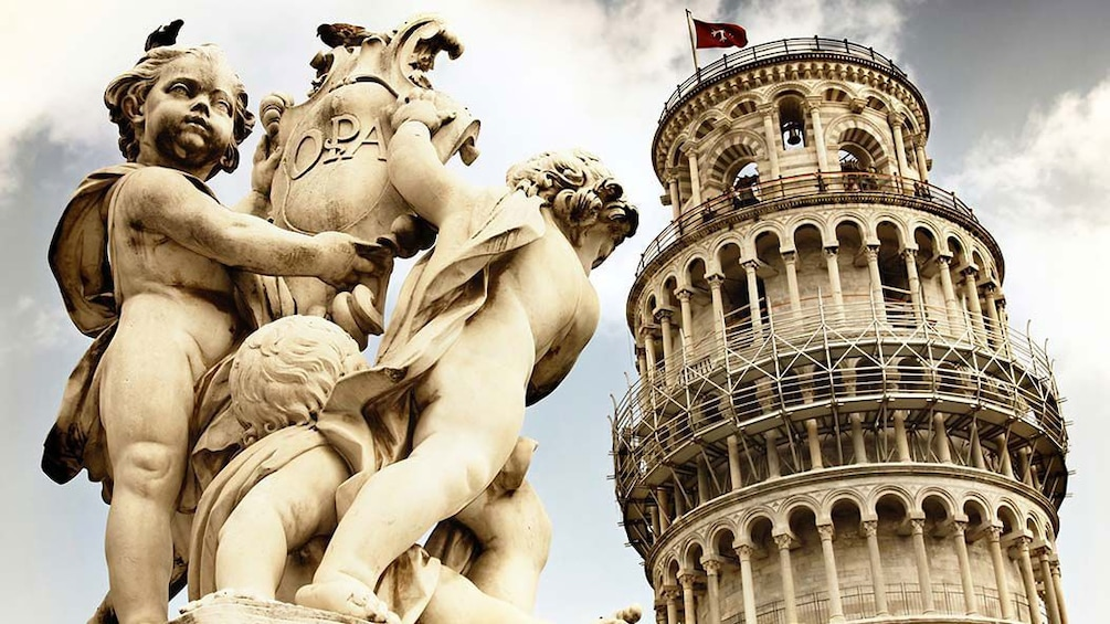 Foto 10 van 10. Statue and leaning tower of Pisa close up in Italy