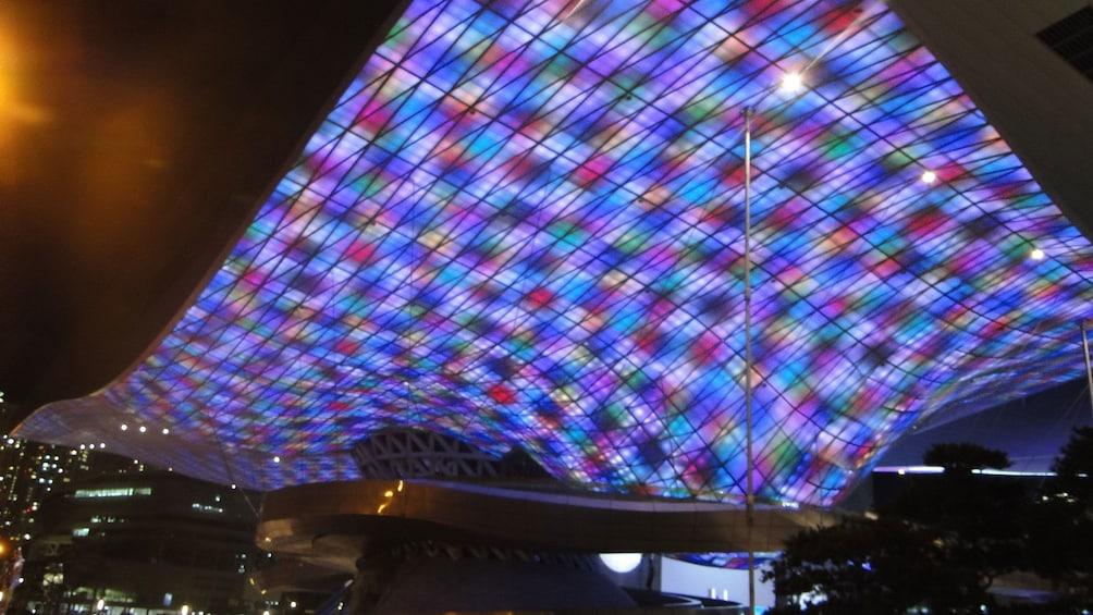 正在顯示第 3 張相片,共 5 張。 Night view of a building with lights shining on the ceiling in Busan at night