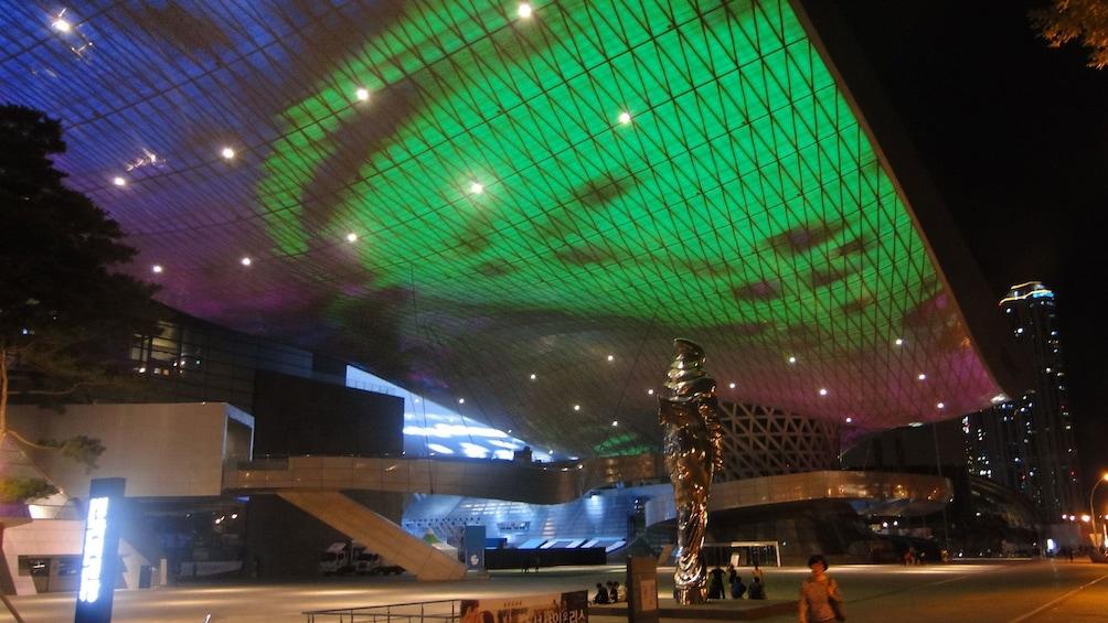 正在顯示第 5 張相片,共 5 張。 Building with lighted ceilings in Busan at night