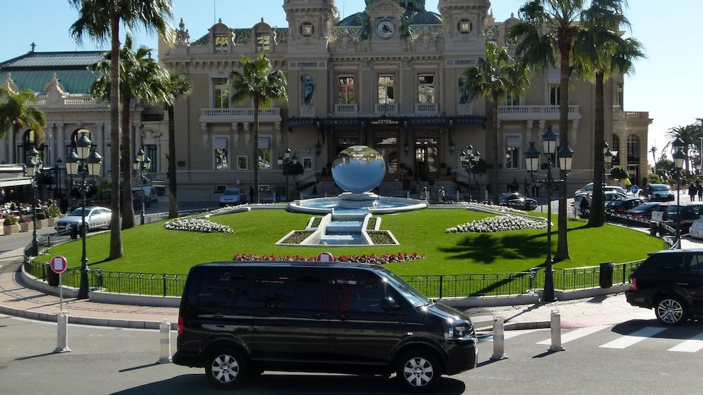 Charger l'élément 2 sur 5. Stopping by the Monte Carlo Casino in France
