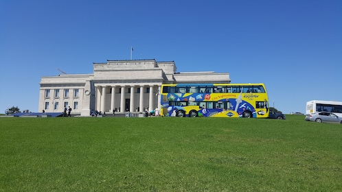 Auckland Explorer Bus at Auckland Museum 2.jpg