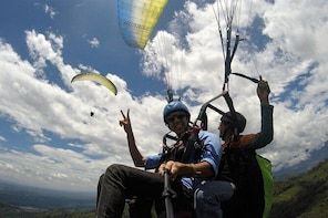 Dare to live a unique experience flying paragliding