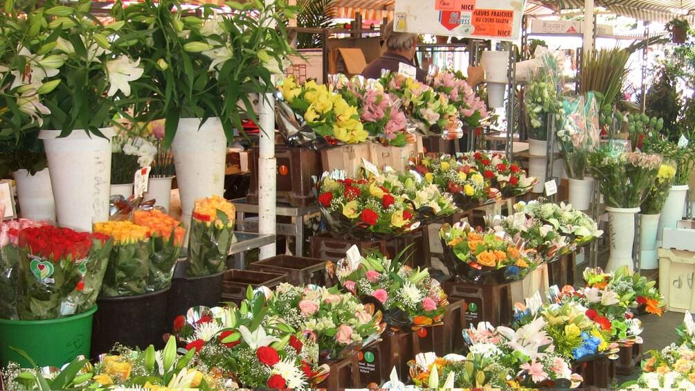 Charger l'élément 3 sur 5. Bouquets of flowers at the market in Cannes