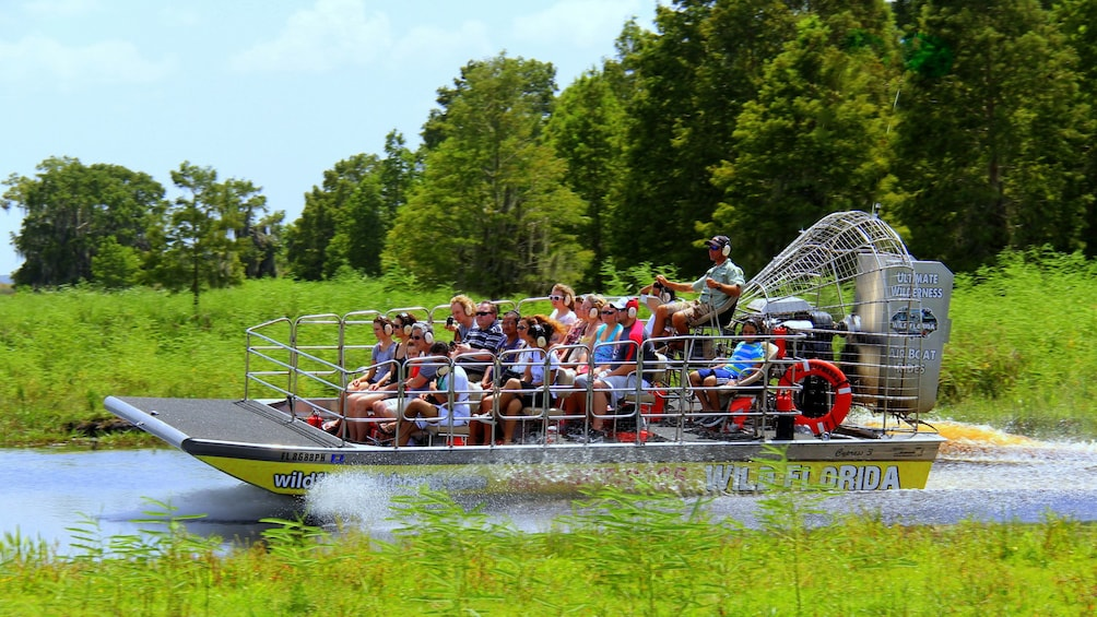 Foto 1 von 10 laden Airboat with group in the Everglades in Orlando.